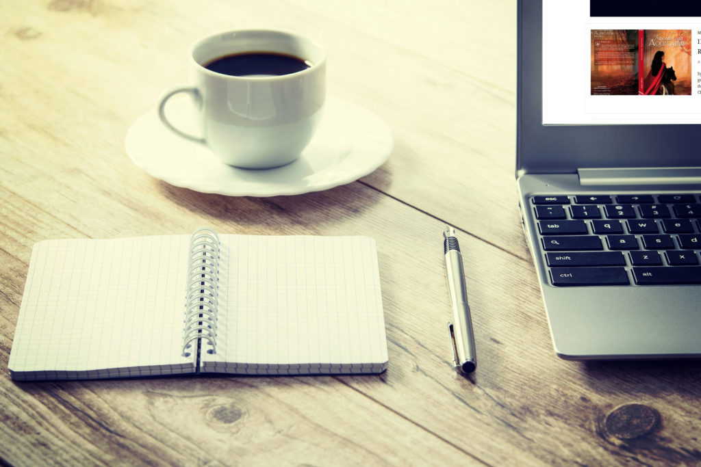 une tasse de café et un ordinateur portable ouvert sur le blog aureliedepraz.com